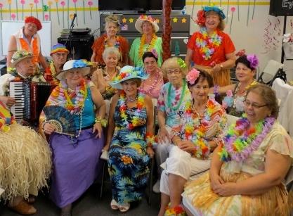 Hawajski dzień w Klubie Seniora Amber