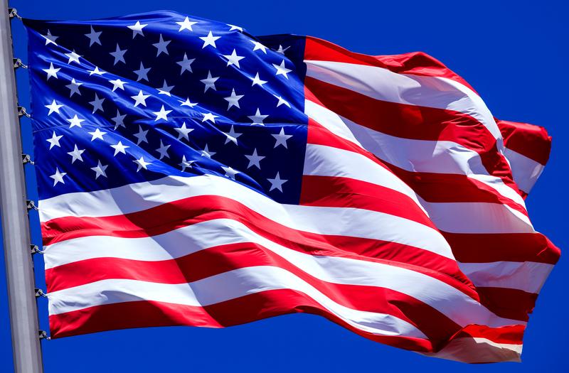 Oskarżony o oddawanie moczu na flagi USA mężczyzna nie przyznaje się do winy