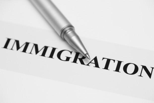 Urzędnicy przyznali się do fałszowania dowodów tożsamości dla nielegalnych imigrantów
