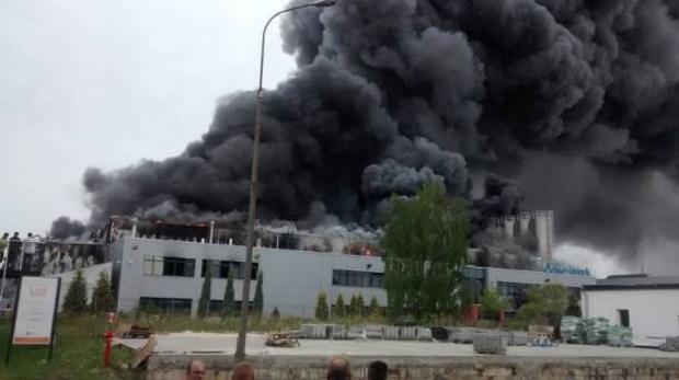 Ogromny pożar w fabryce tworzyw sztucznych Coko-Werk w Łodzi