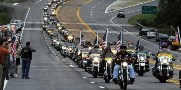 Maratończycy na motocyklach oddali hołd ofiarom zamachu w Bostonie