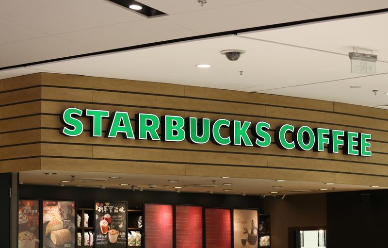 Były dyrektor Starbucksa niezrzeszonym kandydatem na prezydenta? Liderka demokratów krytykuje