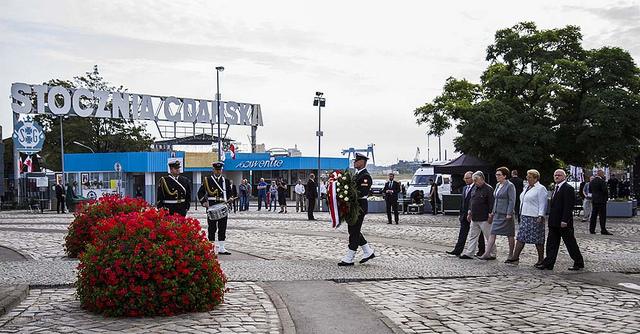 Premier Ewa Kopacz złożyła kwiaty pod Pomnikiem Poległych Stoczniowców