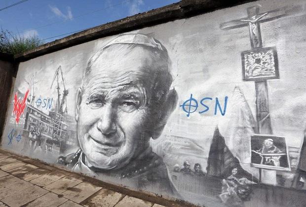Nowy mural o historii Solidarności już zniszczony