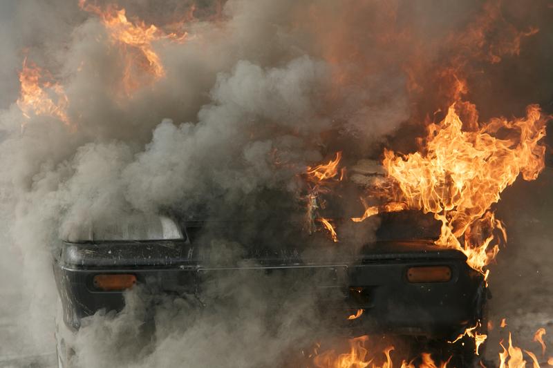 Świadkowie wyciągnęli kierowcę z płonącego samochodu