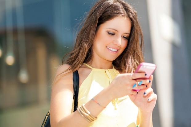 Pisanie SMS-ów, idąc po chodniku jest bezpieczne