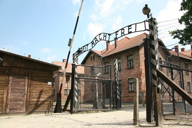 Polska wygrywa prawdę historyczną: Nieobecność szefa Światowego Kongresu Żydów w Jerozolimie, przy jednoczesnej jego obecności w Auschwitz-Birkenau