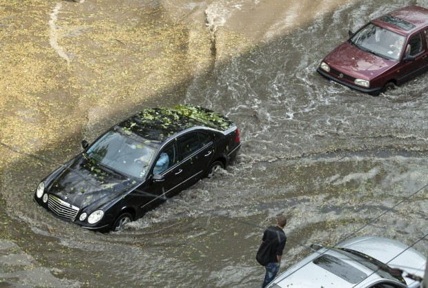 Woda zalała ulicę. Pękła ponad 80-letnia magistrala