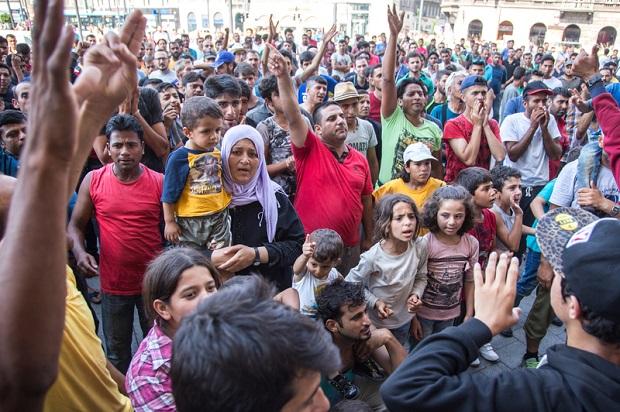 Chaos na granicach Chorwacji, Węgier i Słowenii. Imigranci koczują na dworcach i drogach.