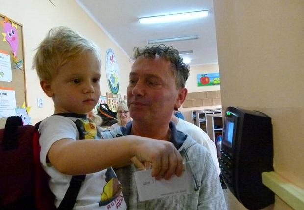 W Opolu przedszkolaki odbijają karty jak górnicy