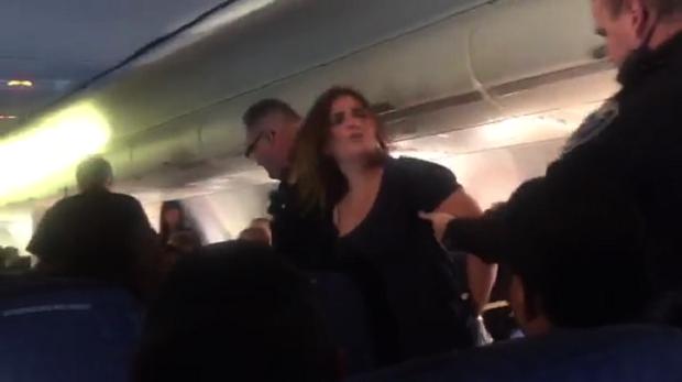 Awaryjne lądowanie samolotu lecącego z Miami do Chicago