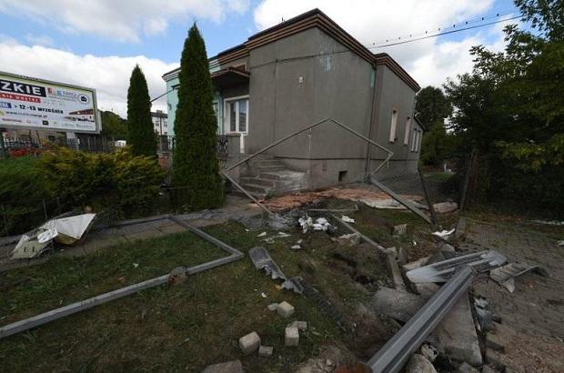 Groźny wypadek na ul. Zgierskiej w Łodzi – ciężarówka uderzyła w dom