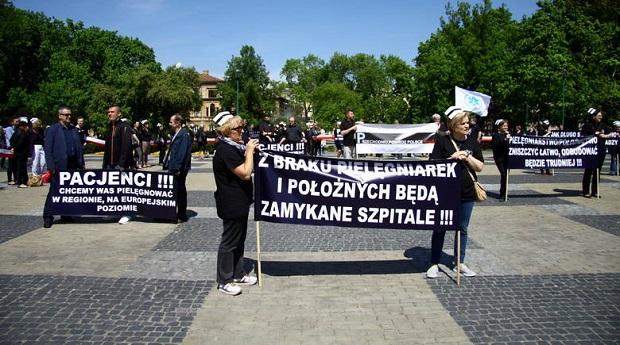 """Najpierw manifestacja, potem strajk generalny """"białego personelu"""""""