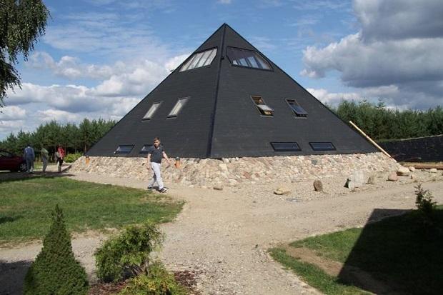 Nad Jeziorem Krosnowskim stanęła piramida , która ma leczyć ludzi