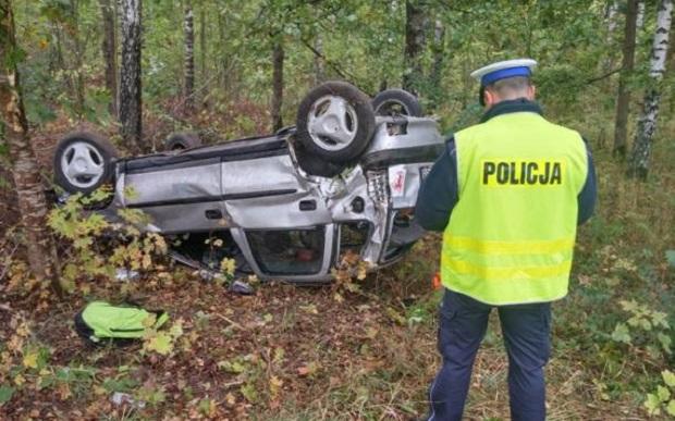 Warmińsko-mazurskie: Kierowca opla dachował. Ranny trafił do szpitala