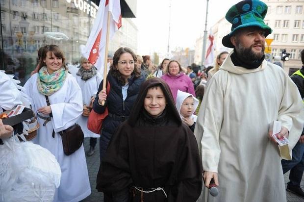 """Korowód świętych w Poznaniu – """"nowa"""" tradycja, czy przeciwwaga dla Halloween ?"""