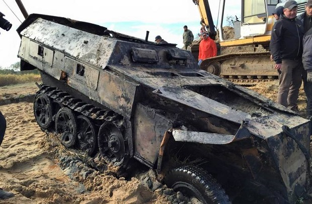 Niemieckie pojazdy wojskowe wydobyte z Pilicy pod Wyśmierzycami