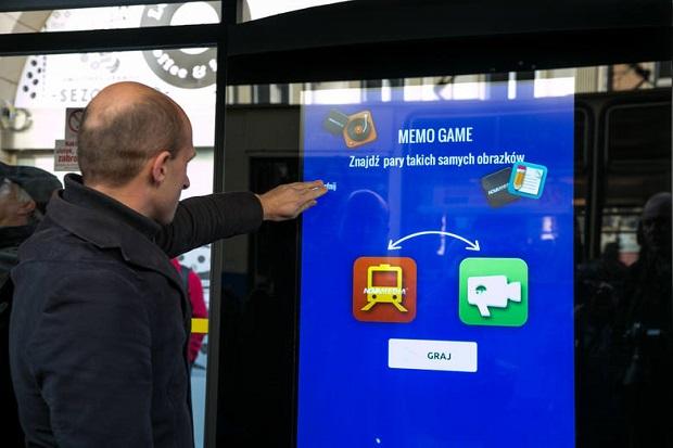 Innowacyjny przystanek w Krakowie. Puszcza muzykę, można też na nim zagrać