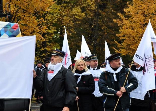 Protest w Warszawie. Związkowcy nieśli trumnę z ośmiorniczkami, kasetami i winem