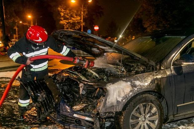 Na krakowskim skrzyżowaniu spłonął samochód