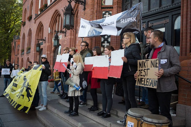 Słupsk solidarny z uchodźcami. Manifestacja przed ratuszem