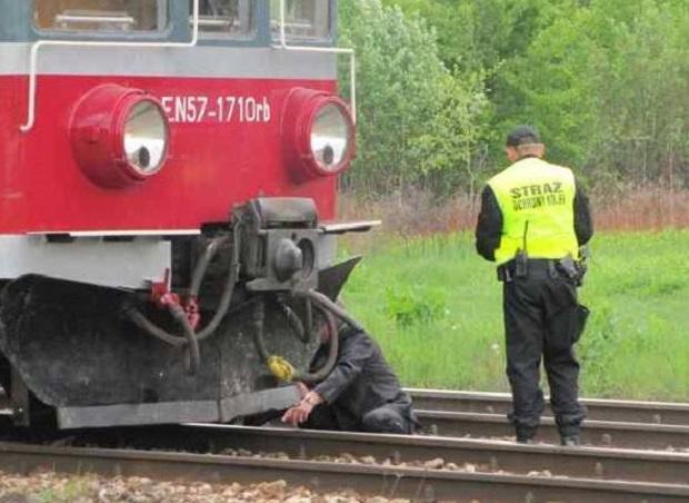 Tragiczny wypadek na przejeździe. 14 i 16-latek wjechali pod pociąg