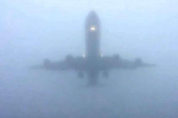 Niewiarygodnie gęsta mgła na lotnisku Heathrow w Londynie
