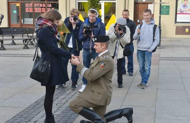 Zaręczyny na deptaku w Radomiu. Chłopak przyjechał na koniu (galeria zdjęć)