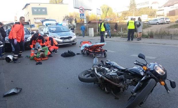Groźny wypadek w centrum Rybnika. Motocyklista zderzył się z samochodem osobowym