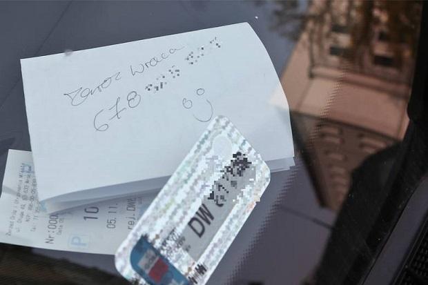 Nowa moda na parkowanie. Blokujesz innych, ale zostawiasz karteczkę…