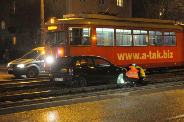 W Poznaniu auto zderzyło się z tramwajem. Jedna osoba ranna