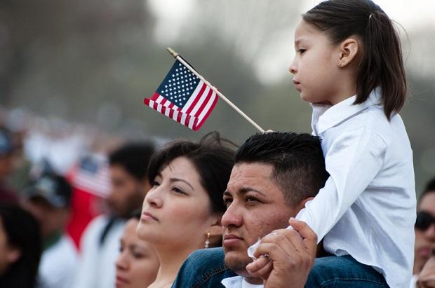 Clinton i Sanders zgodni co do imigracji: nie będziemy deportować dzieci