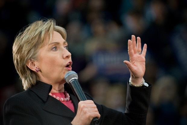 Clinton: głosowałam za uratowaniem przemysłu samochodowego, Sanders przeciw