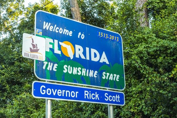 Gubernator Florydy wykupił reklamy w radiu w Kalifornii. Zachęca do przeprowadzki