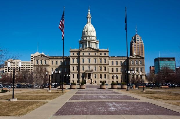 Flagi opuszczone do połowy masztu po zabiciu policjanta w Michigan