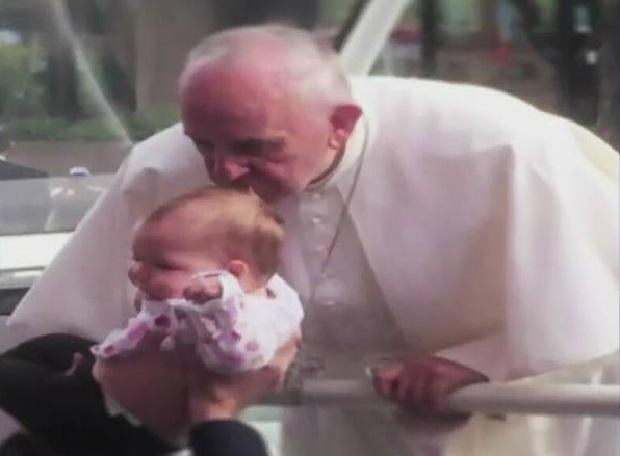 Pocałunek papieża Franciszka uzdrowił dziewczynkę? Guz mózgu maleje
