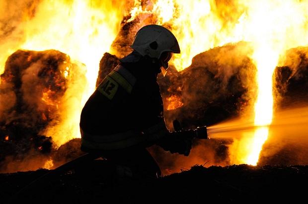 Ładował akumulator… zapalił się samochód. Z dymem poszły jeszcze trzy auta i piętrowy dom
