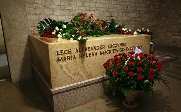 Prezydent przy grobie Lecha i Marii Kaczyńskich