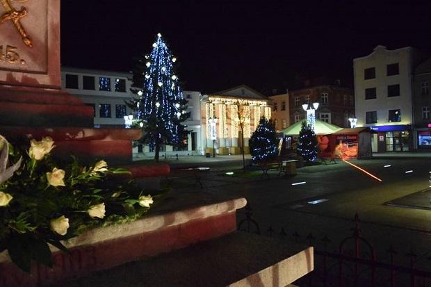 Burmistrz Olesna zapalił oświetlenie na rynku i złożył kwiaty pod Kolumną Maryjną
