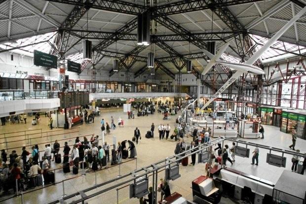 Służby sanitarne sprawdzają pasażerów wracających z Chin. Służby Lotniska Chopina w Warszawie nieustannie monitorują sytuację