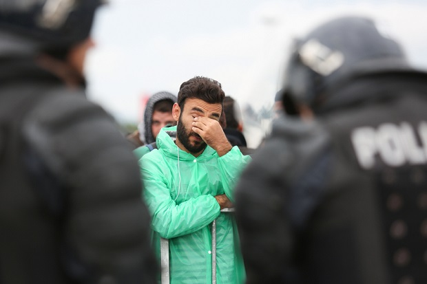 Migranci okupują tory kolejowe w Atenach