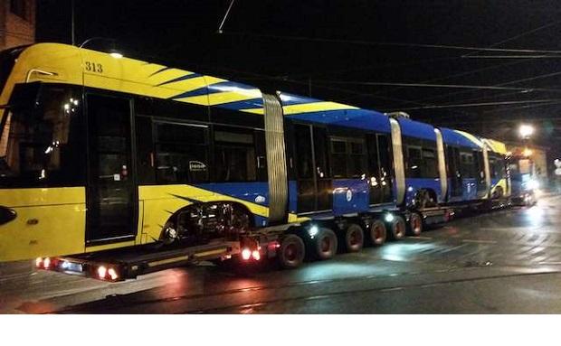Pierwszy dwukierunkowy i… spóźniony tramwaj dojechał już do Torunia