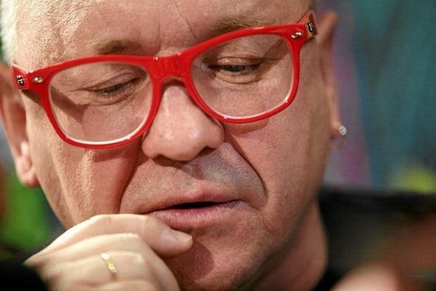 Owsiak daje pieniądze protestującym w Sejmie rodzicom dorosłych dzieci niepełnosprawnych
