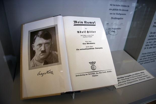 """Po latach zakazu """"Mein Kampf"""" Hitlera powraca do niemieckich i zagranicznych księgarń"""