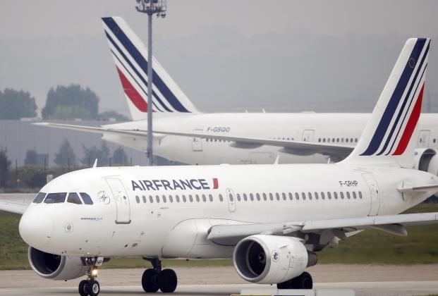 Francja strajkuje – paraliż lotnisk i dróg, starcia z policją