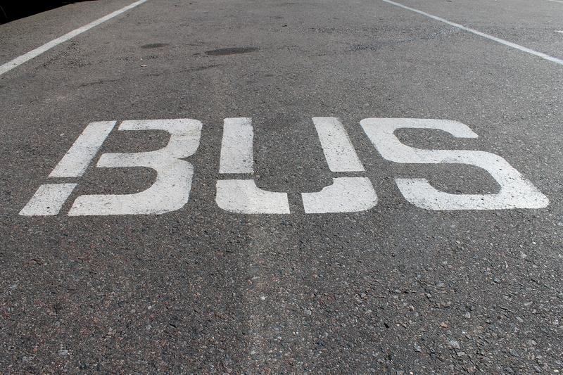 Autobus spadł na mechaników, jeden z nich zginął