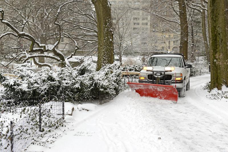 Nowojorczycy odkopują się po ataku zimy