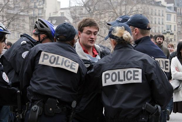 Manifestacje we Francji przeciw stanowi wyjątkowemu