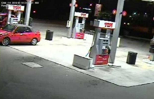 Matka pogoniła złodziei, którzy chcieli ukraść samochód z dziećmi w środku (wideo)