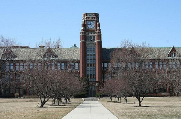Ewakuacja Lane Tech High School z powodu alarmu bombowego